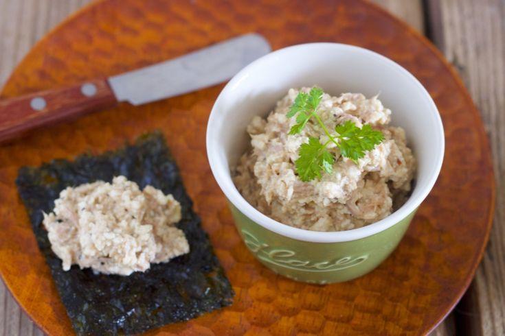 包丁いらず! こんにちは、料理研究家のYuu*です。今週は豆腐WEEKということで、火も包丁も使わない簡単おつまみレシピをご紹介させていただきます。 豆腐といえばヘルシーで淡白なイメージがありますが、こちらのおつまみは、コクうま濃厚~。その秘密は、「豆腐の水切り」と「クリームチーズ」。淡白なお豆腐も水切りすることで、濃厚に。これにうま味たっぷりのクリームチーズを加えれば、おつまみに最適な一品に早変わり! 今回は、こちらのディップを使ったアレンジレシピを2品ご紹介。 ひとつはツナ、もうひとつは鮭フレークを加えたもの。このまま食べてもおいしいのですが、私のオススメは、韓国のりにのせる食べ方! これ…