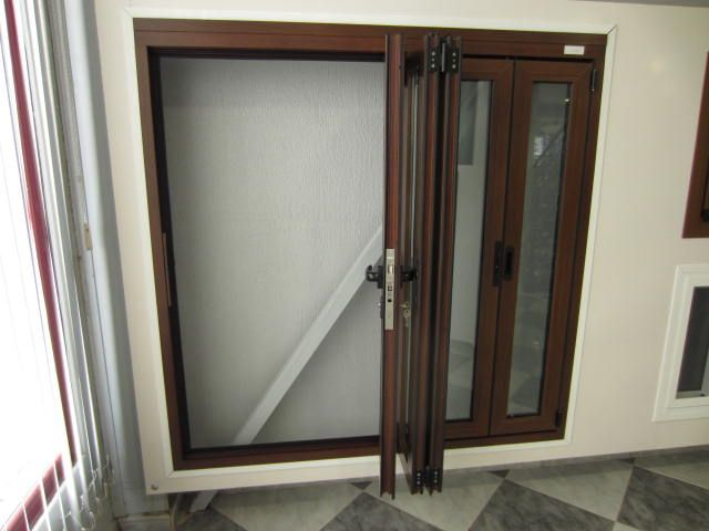 Ventana aluminio fabricada en color madera y 5 hojas for Ventanales plegables