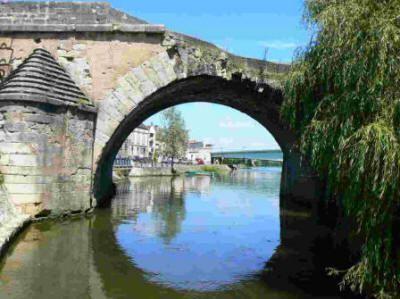 Le vieux pont de Pont sur Yonne, région de Sens, Yonne