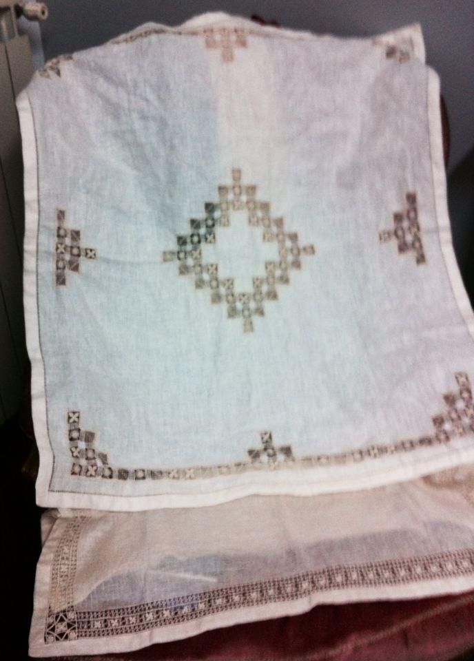 Set per culla - Copertina e lenzuolino- ricamate a mano su lino bellora 2000 color écru - tecniche usate Cilaos per la copertina, sfilati composti per lenzuolino-