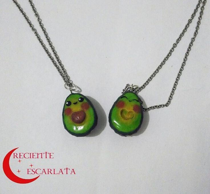Par de aguacates cute.  Encargo.  Una pieza bastante apetecida. Recurrden que puedo hacer piezas de comida así con diseños kawaii  Whatsapp 319 277 21 13  #avocado #kawaii #crecienteescarlata #necklace #craft #aguacates #modelado #accesorios #artesanal #coldporcelain #coldporcelainclay #minisculpture #esculturas #crafty #cute #accesoriosvarios #accesorio #handmade