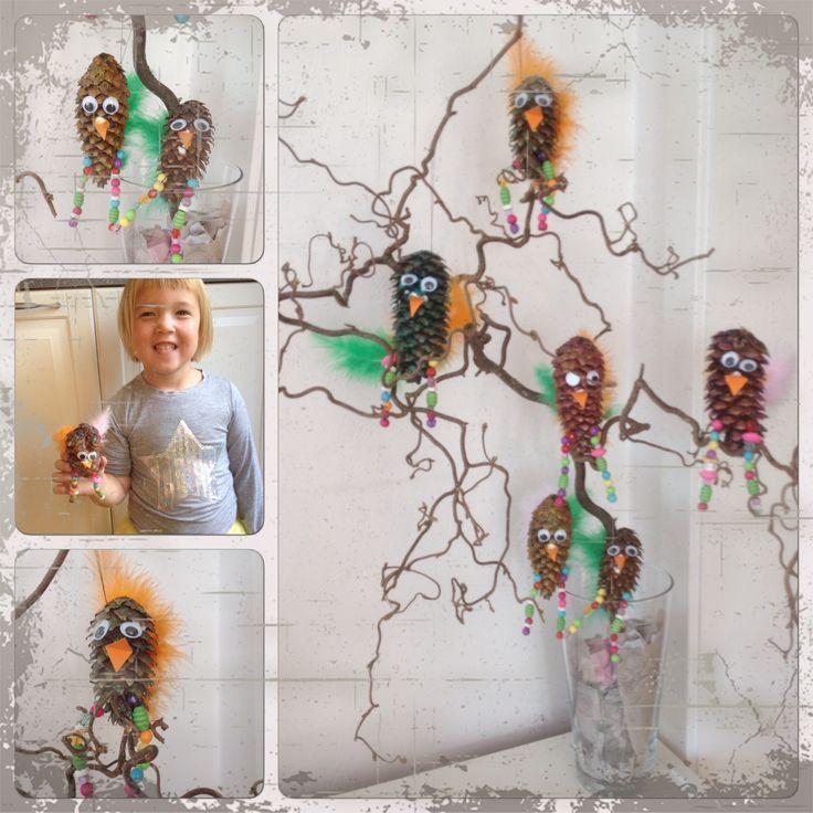 Konglefugler. Malt kongle, perler på ståltråd, fjær, lim, nebb og øyne.