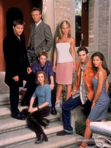 Buffy the Vampire Slayer - Promo shot of Sarah Michelle Gellar, Anthony Stewart Head, David Boreanaz, Alyson Hannigan, Seth Green, Nicholas Brendon & Charisma Carpenter