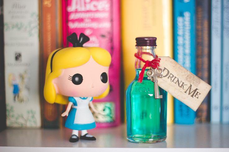 """Funko Pop Disney: Alice no País das Maravilhas e garrafinha de """"Drink Me"""" na minha estante de livros"""