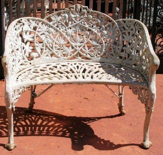 Белая ажурная скамейка для сада