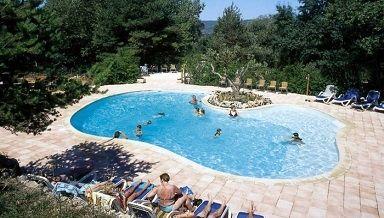 Camping Chanteraine is een gezellige familiecamping, vlakbij de Gorges du Verdon. Het Lac Sainte Croix ligt op slechts tien minuten loopafstand.