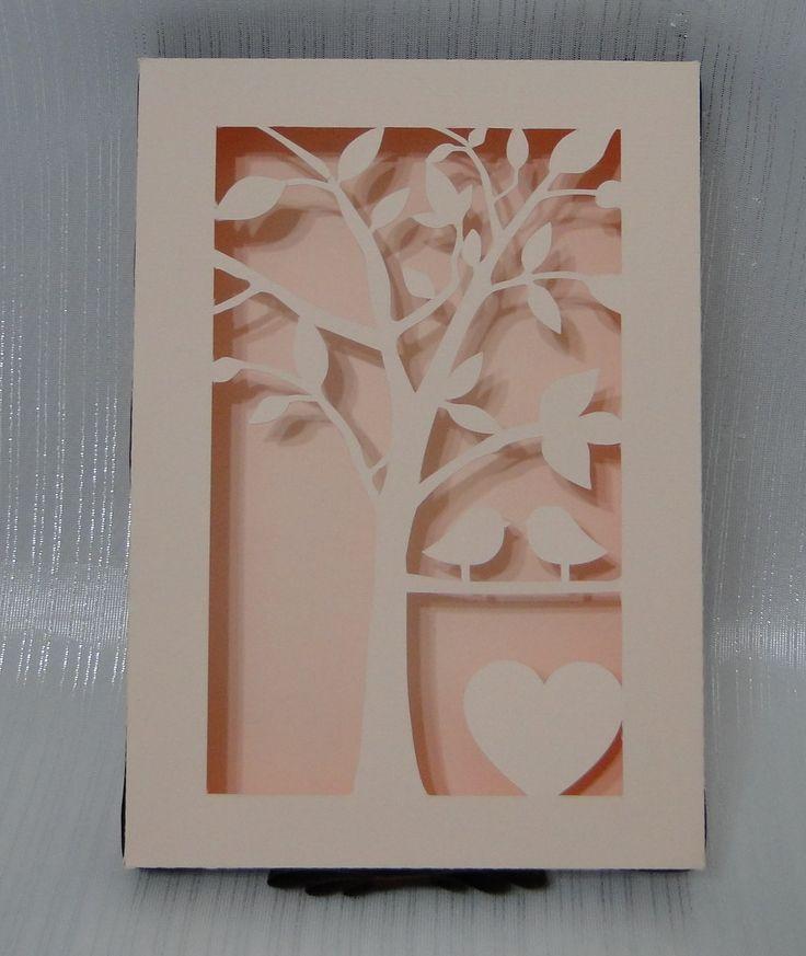 Caixa em papel de alta gramatura, com recorte na tampa e aplique de fita cetim. Produzimos na cor de sua preferência.