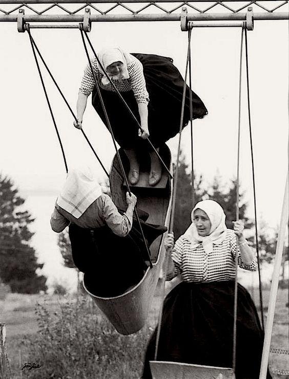 Çekoslavakya 1966..Totaliter rejimden şiirsel görüntü.. Büyükanneler eğleniyor..