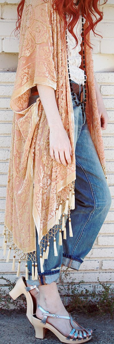 plain white t-shirt, skinnies, and pair of casual canvas sneakers will look instantly cool with an oversized scarf. Finish with  earthy statement jewelry and a hobo bag.
