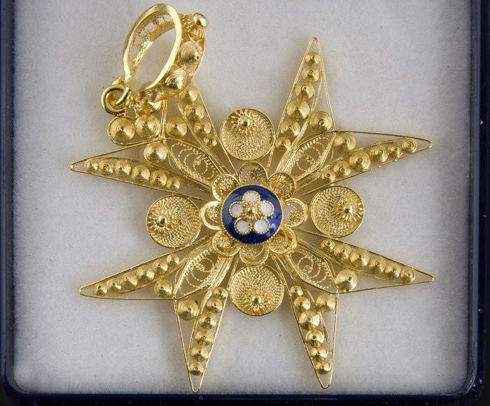 Cruz Venera Cabeza de Crespo con centro esmaltado y filigrana de oro 18 kl. Orfebrería artesaniasextremadura.com