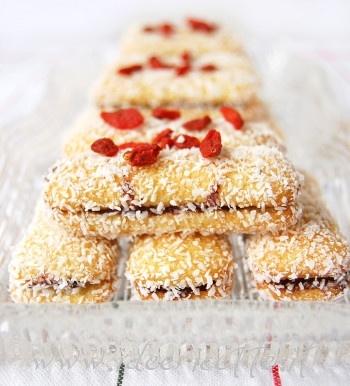 Ricetta Pavesini golosi con crema di nocciole, farina di cocco e bacche di goji servite in antipastiera IVV