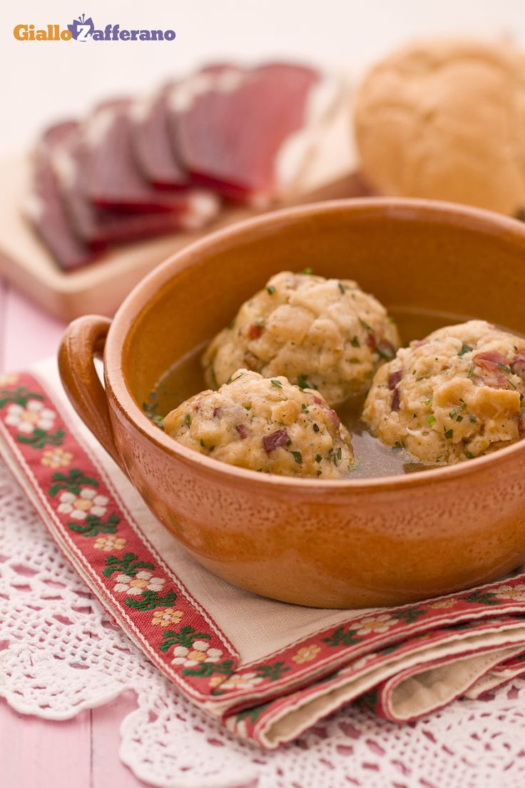 I CANEDERLI (bread dumplings), o Knödel detto alla Trentina, sono un piatto tipico della gastronomia Tirolese, in particolar modo delle città di Trento e Bolzano. #ricetta #GialloZafferano #italianfood #TrentinoAltoAdige