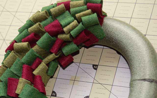 http://goodgravydesigns.blogspot.com/2010/11/get-loopy-diy-wool-felt-holiday-wreath.html