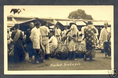 BATAVIA photo postcard Market Pasar Java Indonesia 20s - EUR 33,30. This is a brown and white real picture postcard of Batavia (= Jakarta), Java, Indonesia. It shows a beautiful view a Market. It was published in the period 1918-1936. So it is about 80 years OLD. It has a Kodak stamp box. However a slight crease on top left corner it does not affect the picture (see scan) and it is still a great collectable. Condition: good. This postcard should be in every Batavia or Indonesian collecti...