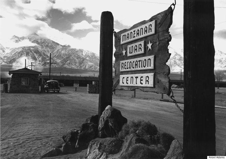 日系アメリカ人の強制収容所、アンセル・アダムスが撮影した「不屈の精神」  アンセル・アダムス「マンザナへの入り口(1943年)」提供:Photographic Traveling Exhibitions     アダムスのモノクロ写真は、人々が日常どんな生活を送っていたかを伝える。防火訓練をする子供たちや、ジャガイモ畑で働く農家の人々、制服を着た看護師の姿――。次の写真は、全50枚ある作品のうちの数点だ。この「マンザナ:アンセル・アダムスの戦時写真」という写真集は、ロサンゼルスのスカーボール・カルチャーセンターにある。