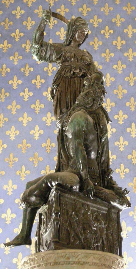 Judith y Holofernes de Donatello (Palazzo Vecchio, Florencia). Judith y Holofernes es una grupo escultórico de bronce que Donatello realizó hacia el final de su carrera, entre 1453 y 1457. Se encuentra en la Sala de los Lirios (Sala dei Gigli) en el segundo piso del Palazzo Vecchio. La estatua fue encargada por la Familia Medici. Judith se considera el símbolo de la libertad, la virtud y la victoria del débil sobre el fuerte, en una causa justa.