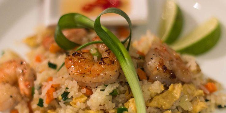 Gebratener Reis, oder auch Khao Pad, nach einem Originalrezept aus Thailand. Wahlweise mit Hühnchen, Shrimps, oder Schweinefleisch.
