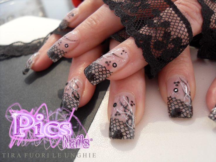 Decorazione Nail Art con grazioso ed elegante pizzo nero, impreziosito con un intreccio bianco e nero e dei glitter argentati. <br> <br> Prodotti utilizzati per questo lavoro: <br> <a href=http://www.picsnails.com/dettaglio.asp?idProdotto=2436 TARGET=_blank> Nail Cleaner </a> <br> <a href=http://www.picsnails.com/dettaglio.asp?idProdotto=3294 TARGET=_blank> Cotone Pressato </a> <br> <a href=http://www.picsnails.com/dettaglio.asp?idProdotto=2957 TARGET=_blank> Lima Curva </a> <br> <a…