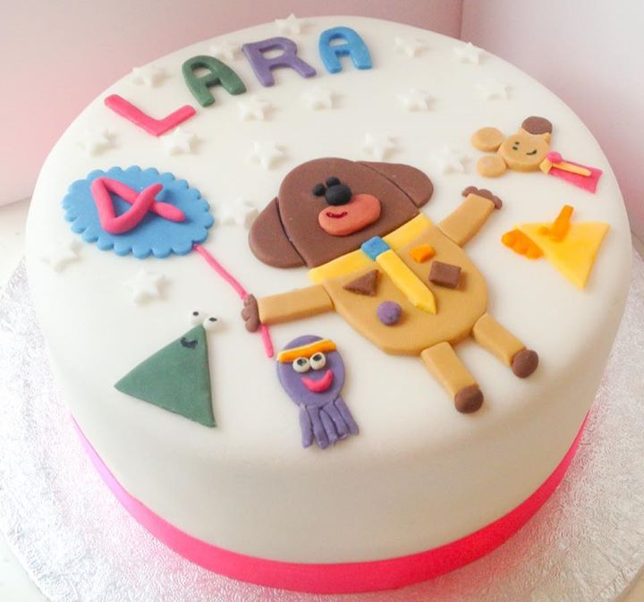 Earn badges from your little one with this Hey Duggee birthday cake.