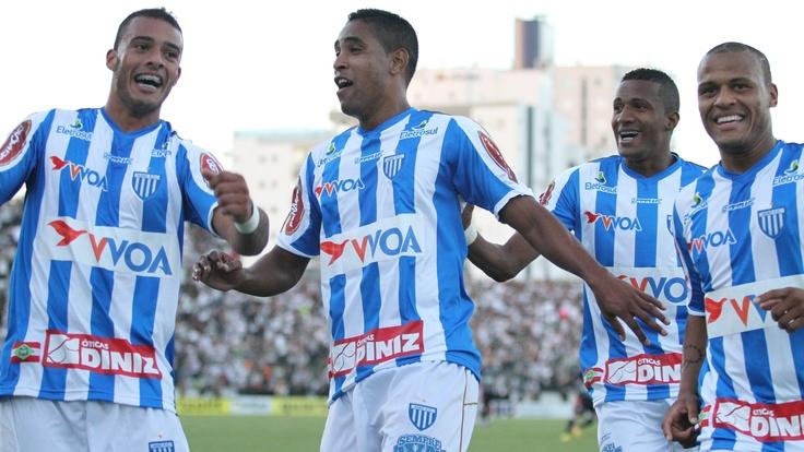 Felipe Alves, Pirão e Patric, do Avaí, comemoram com Cléber Santana o gol marcado pelo jogador na vitória por 2 a 1 contra o Figueirense RUBENS FLORES /FOTOARENA/AE