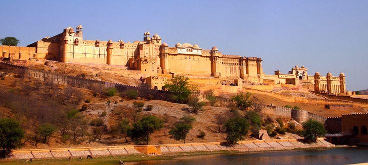 """Jaipur capitale del Rajasthan famosa anche con il nome di """"città rosa"""", per il colore predominante delle sue abitazioni costruita con concezioni moderne"""