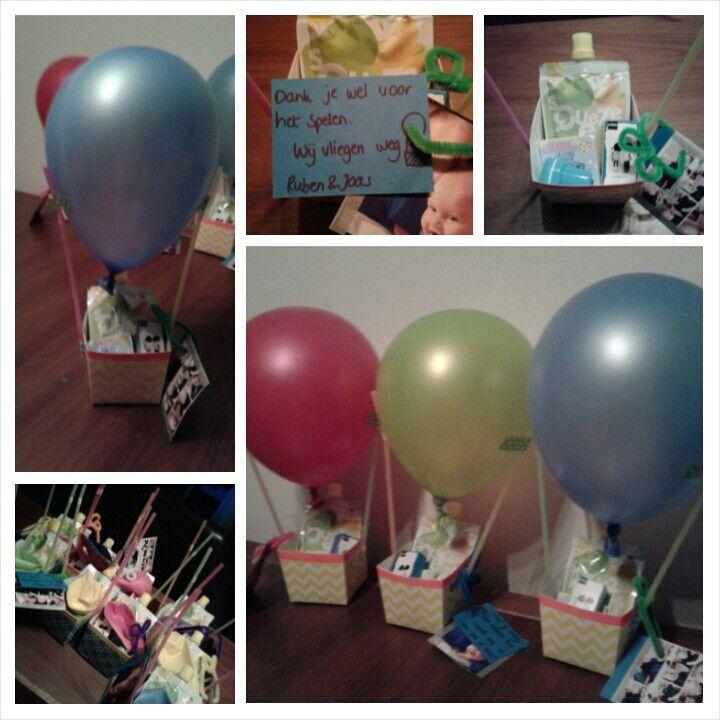 """Traktatie afscheid KDV: """"wij vliegen weg"""" luchtballon met bakje met knijpfruit en rozijntjes."""