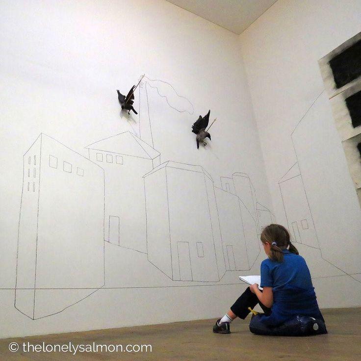 Piccoli artisti crescono  Nonostante il tema non fosse per i più piccini mi ha stupito vedere la bambina in contemplazione davanti all'opera.  . #thelonelysalmon #london #londra #igerseurope #igerslondon #ig_london #londonphoto #ig_worldclub #ig_clubaward #tate #tatemodern #museo #museum #modern #artist #wall #building #children #crow #arrow