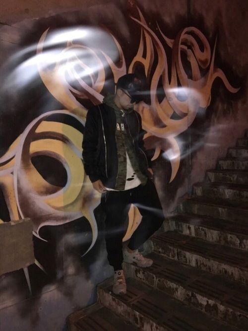 ストリートの定番、グラフィティアート。 撮影してくれた友達のタバコの煙がいい感じ。 コーデ撮る気なく