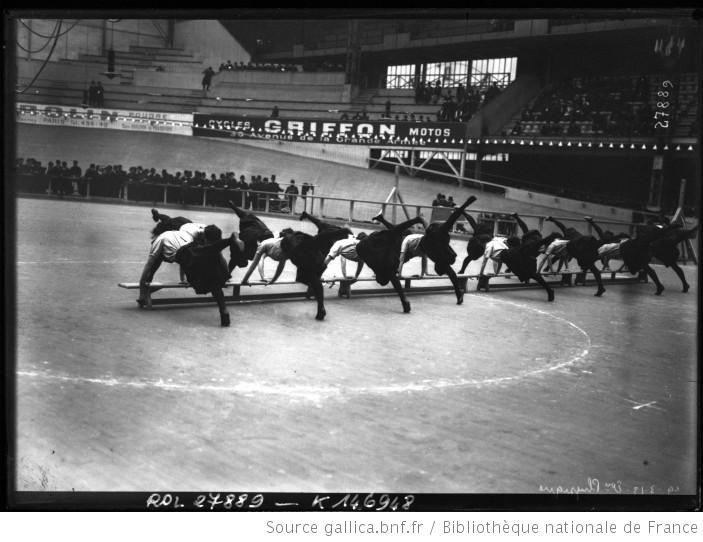 19-3-13, éducation physique [vélodrome d'hiver, gymnastique féminine] : [photographie de presse] / [Agence Rol] - 1