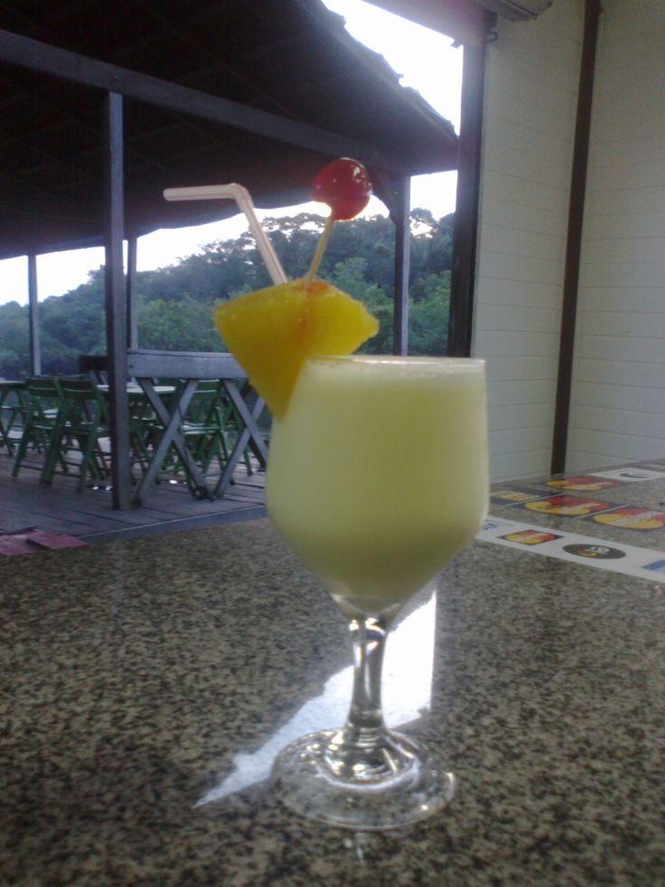 1 e 1/2 doses de rum  - 3 doses de suco de abacaxi  - 1 dose leite de coco  - 1 dose leite conensado  - 6 pedras de gelo  -