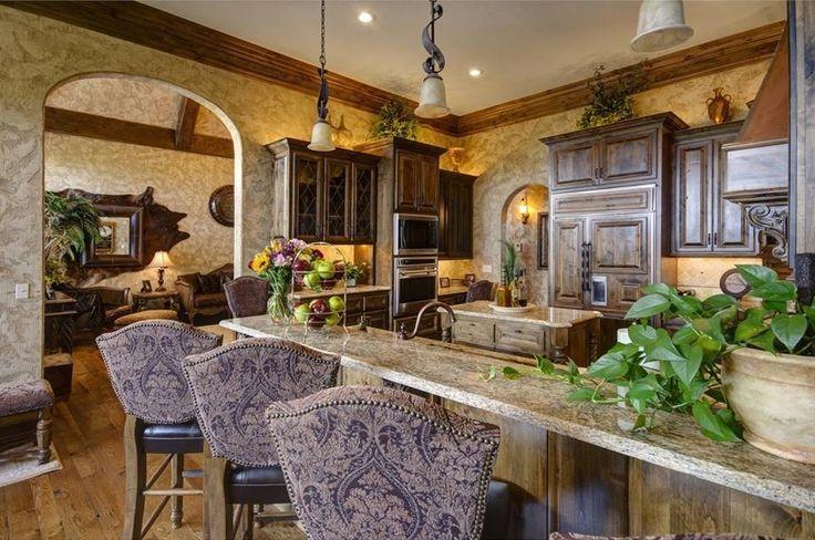 Ett fint kök till, även det i mörkt trä.Eleganta barstolar passar också till.