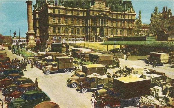 La place Jacques-Cartier et l'hôtel de ville de Montréal en arrière plant.