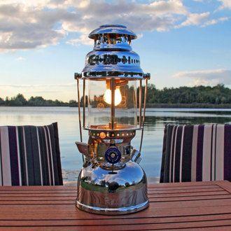 Créez une ambiance de bord de mer avec cette superbe lampe à pétrole de la marque Pétromax. Livrée avec un mode d'emploi et tous les accessoires nécessaires, cette lampe bénéficie également d'un volant manuel permettant de régler l'apport du pétrole évaporé et d'un manomètre pour le contrôle de la pression dans le réservoir de la lampe. #lampe #océan #déco