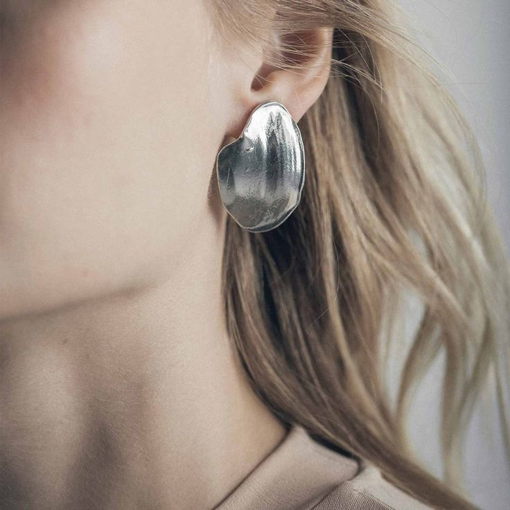 Tout simplement magnifique, les boucles d'oreilles d'Anne-Marie Chagnon, pour un look unique en son genre.