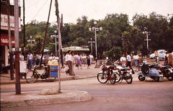 I've been here before, always after school time.  Taken angle from between Martha Christina Tiahahoe Park and Bus terminal, Blok M, at 1983.