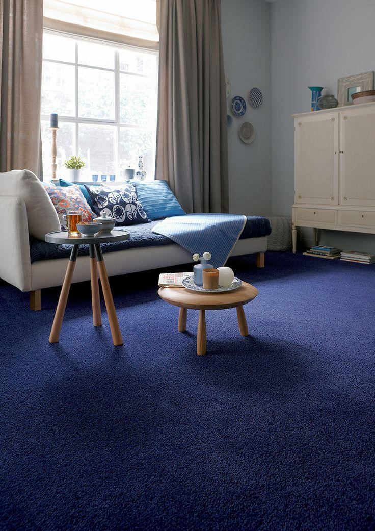De sprekende blauwe kleur op de foto doet het goed in landelijke interieurs en combineert mooi met bijvoorbeeld delfts blauw. Tapijt Deluxe uit de Belakos Carpets collectie.