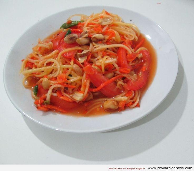 Ricetta Papaya Salad o Som Tam Malako - http://www.provarciegratis.com/cucina-thailandese/ricette-cucina-thai/ricetta-papaya-salad/ - by  Pier Sottojox -  #cucinathai #papayasalad #piattithaicongamberi #RicettaPapayaSalad #somtammalako