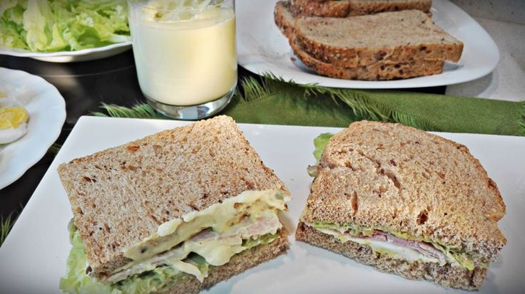 Sándwiches de Hummus(paté de garbanzos con aguacate) con lechuga, jamón cocido y huevos duros. Recetas saludables para perder peso.
