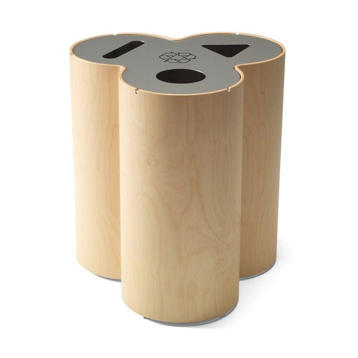 Un format élégant pour un conteneur de recyclage que se fond dans différents intérieurs. Un moulage et un jointage perfectionnés des surfaces en placage ont été utilisés pour former un réceptacle en forme de trèfle. Le conteneur de recyclage Trio présente un volume total de 95 litres et a des réceptacles pour trois sacs poubelles séparés. #kinnarps #materia #trio