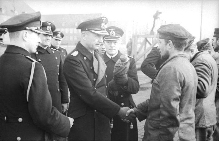 ■ Marzo 1940, el almirante Dönitz saluda a una tripulación de un U-Boot en Wilhelmshaven. Foto: Bundesarchiv.