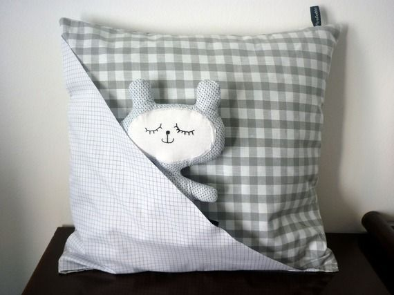 Cadeau de naissance composé d'un coussin en vichy gris & blanc avec poche et du doudou endormi assorti