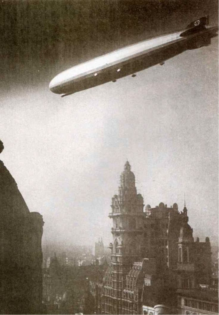 Avenida de Mayo (1934) El Graf Zeppelin sobrevoló gran parte del centro porteño, en la foto se ve sobre el edificio Barolo ubicado en Avenida de Mayo