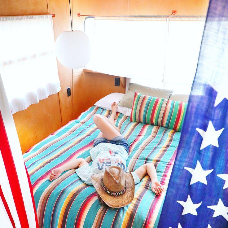 いいね!1,614件、コメント11件 ― Chikaさん(@bilingirl_chika)のInstagramアカウント: 「Taking a nap in our super cool camper at Marfa's popular glamping site El Cosmico! Okay, nobody…」