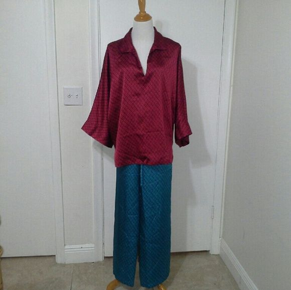 NATORI  NIGHT SUIT Silky soft material in contrast with same print. Top is very stylish with baggy arms not front open. Trouser is with adjustable cord. Its in excellent condition. NATORI Intimates & Sleepwear