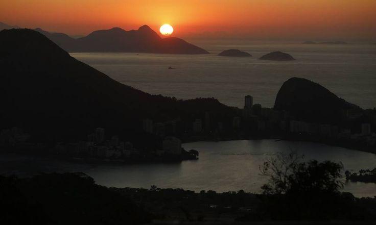 Dia começa com céu claro no Rio