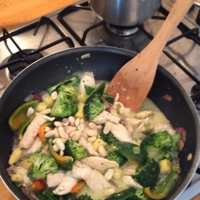 The Body Coach:hai Green chicken curry with peanuts and Fresh basil! #leanin15 #thebodycoach #90daysssplan #prep #onlinetransformations #onlineplans #teamlean2014 #fitfam #foodie #thaiGreenCurry