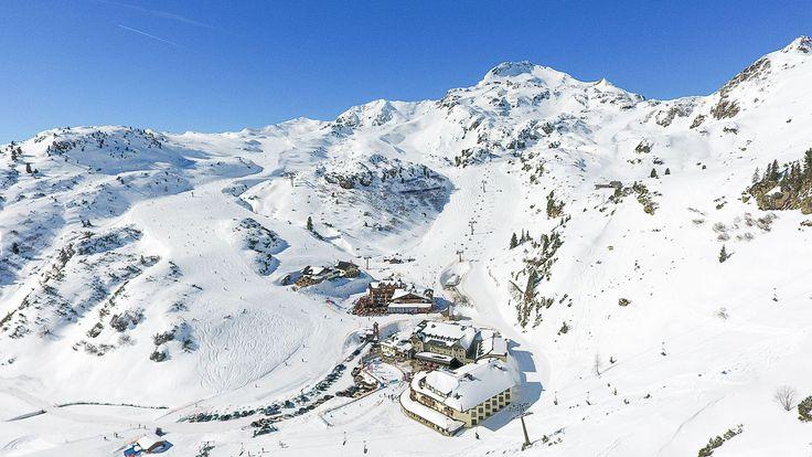 """Im 4 Sterne Superior Ski- und Wellnesshotel """"Das Seekarhaus"""" gelingt der erholsame Winterurlaub vor traumhafter Bergkulisse. Aber auch Seminare und Tagungen, Hochzeiten und private Feierlichkeiten werden Mitten in Obertauern, dem legendären und schneesicheren Skigebiet in den österreichischen Alpen, garantiert zum Erfolg."""
