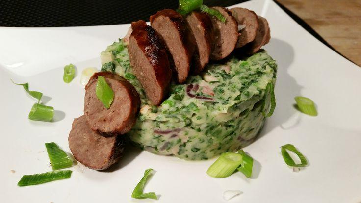 Recept van spinaziestamppot met Paturain, gerookte spekblokjes, rode ui, knoflook, erwtjes, champignons en bosui, inclusief rundersaucijs