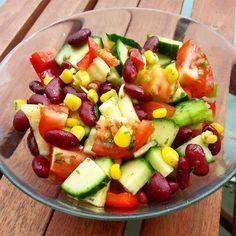 Nährwerte Kcal:  350 Protein:  18g Kohlenhydrate:  53g Fett:  5g Zutaten: 1 Dose zuckerfreie Kidneybohnen 100g TK Mais 1 Paprika 2 Tomaten ½ Gurke 1 Lauchzwiebel Käuter Sojasauce 1 EL...
