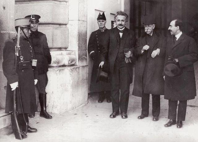 Albert Einstein acompañado del catedrático José Rodríguez Carracido abandona el palacio Real tras la audiencia mantenida con Alfonso XIII, 7 marzo 1923.